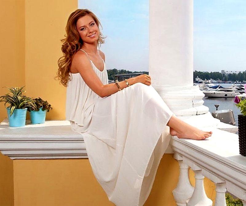 Юлия любит наблюдать за портовыми судами, сидя на просторной террасе