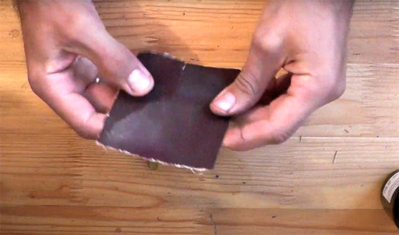 После очистки нужно тщательно вымыть руки с мылом от остатков растворителя. Может остаться ощущение шероховатости на коже, которое легко устранить, пройдясь мелкой шкуркой. Она снимет верхний слой кожи без особых повреждений