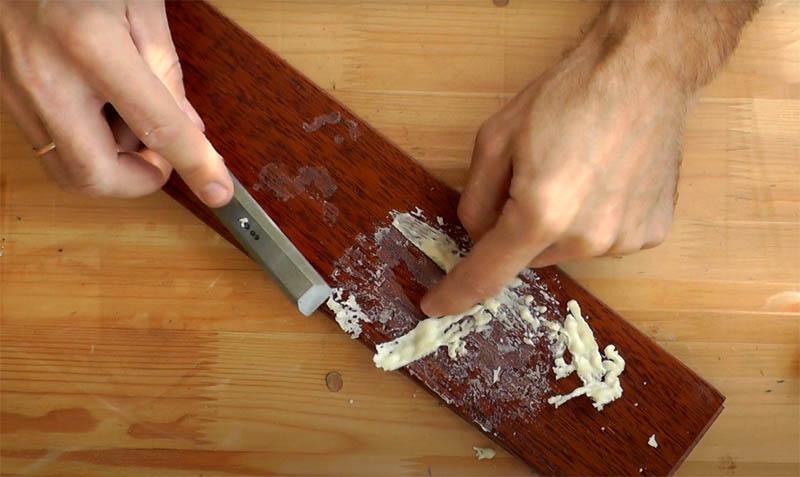 Используйте обычную строительную стамеску для удаления основной части пены. Она не имеет остро заточенного края, так что не повредит поверхность, срезая лишнее
