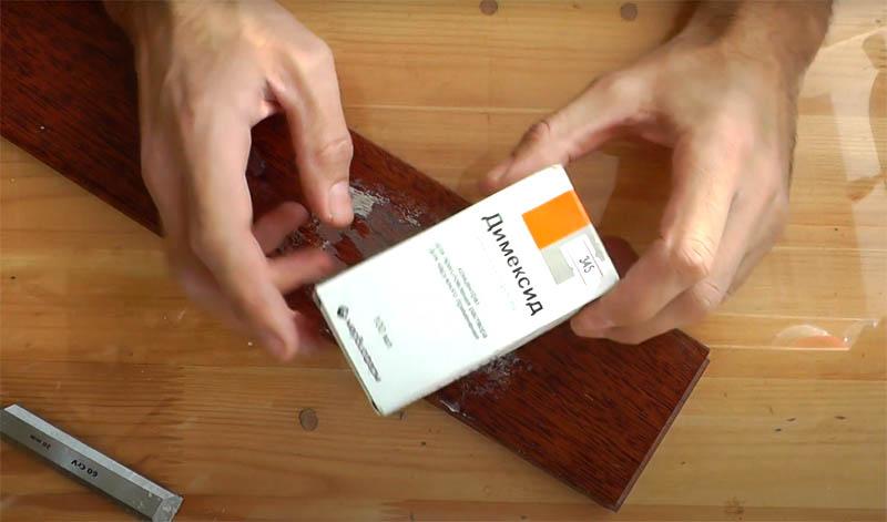А теперь встречайте: секретное средство от монтажной пены, которое по эффективности превосходит любые растворители. Это самый обычный аптечный димексид. Это масляный раствор, содержащий чеснок. Очень эффективное средство для компрессов, так как благодаря своему составу отлично проникает в ткани. Формула димексида, оказывается, эффективно действует и на монтажную пену