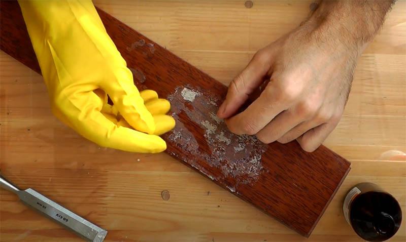 Прежде чем использовать димексид, оденьте резиновые перчатки. Состав отлично растворяет пену и работает по своему назначению: доставляет растворённый материал под кожу. Так что следует максимально исключить любой контакт