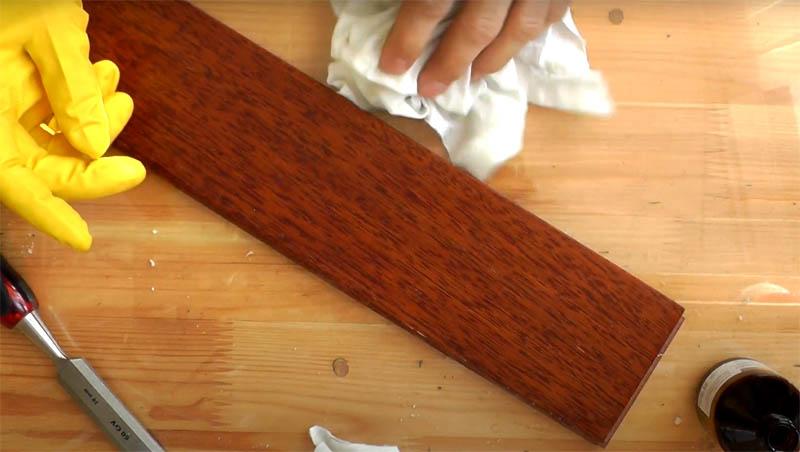 После очистки нужно протереть поверхность сухой чистой тряпкой, убирая остатки маслянистого состава. Чтобы удалить остатки масла, можно немного пройтись растворителем после димексида