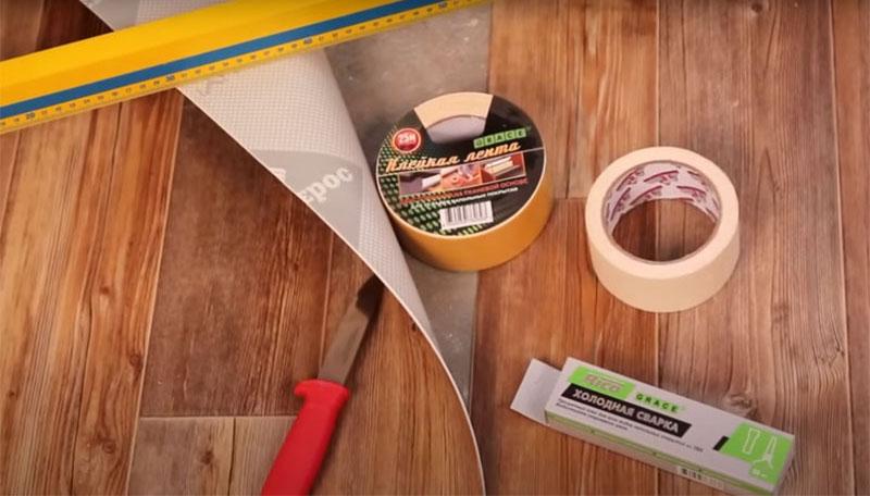 Для склеивания полотен вам потребуются длинная линейка, монтажный нож, двусторонний и малярный скотчи, холодная сварка