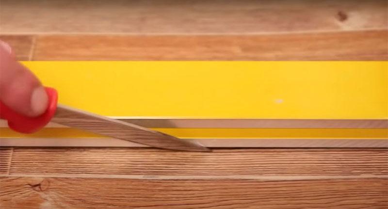 Соедините полотна внахлёст и потом разрежьте насквозь по линейке и удалите лишнее. Так у вас получится тончайший разрез, идеально стыкующий материал