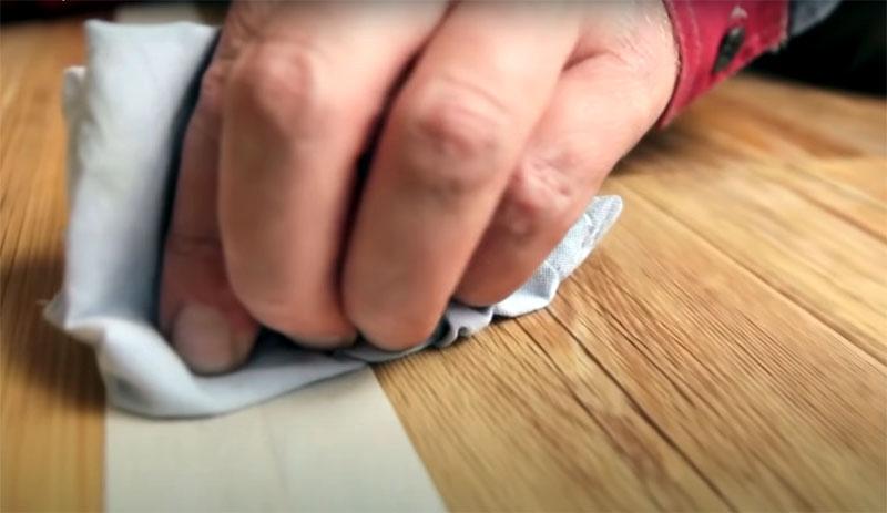 Удалите остатки клея с поверхности малярного скотча, чтобы при его снимании случайно не испачкать пол