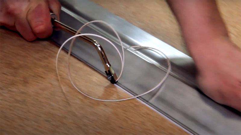 Потом в месте шва специальным инструментом выбирается фаска, в которую ляжет шнур сварки