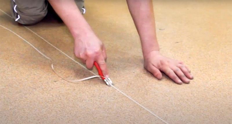 До того как паечный шнур полностью остынет, его излишки удаляются с поверхности материала острым резаком