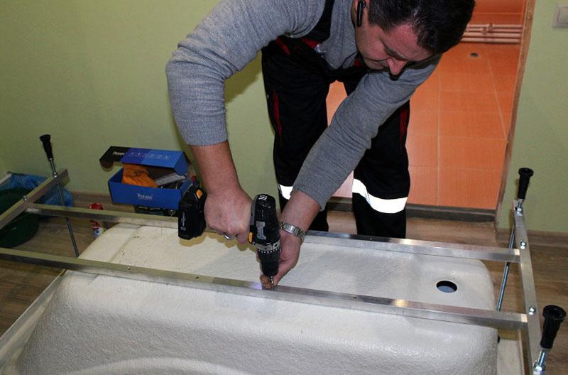 Установить ванну самостоятельно не составит большого труда