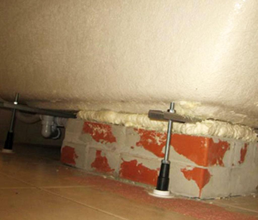 Пеноблок или кирпич придаст ванне большей устойчивости