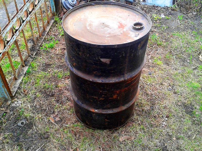 Старая металлическая бочка найдётся в любом хозяйстве
