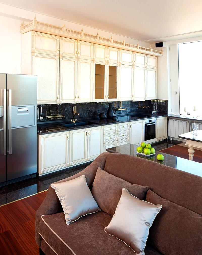На кухне поставили функциональный четырёхкамерный холодильник