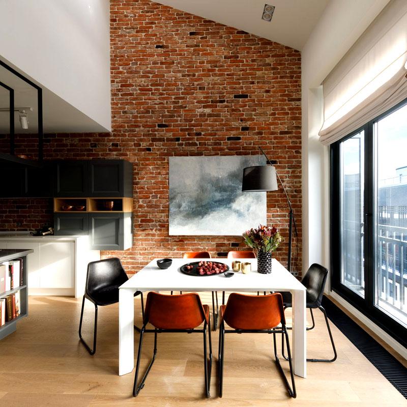 Стену в обеденной зоне украшает картина «Облака» кисти Татьяны Гостевой
