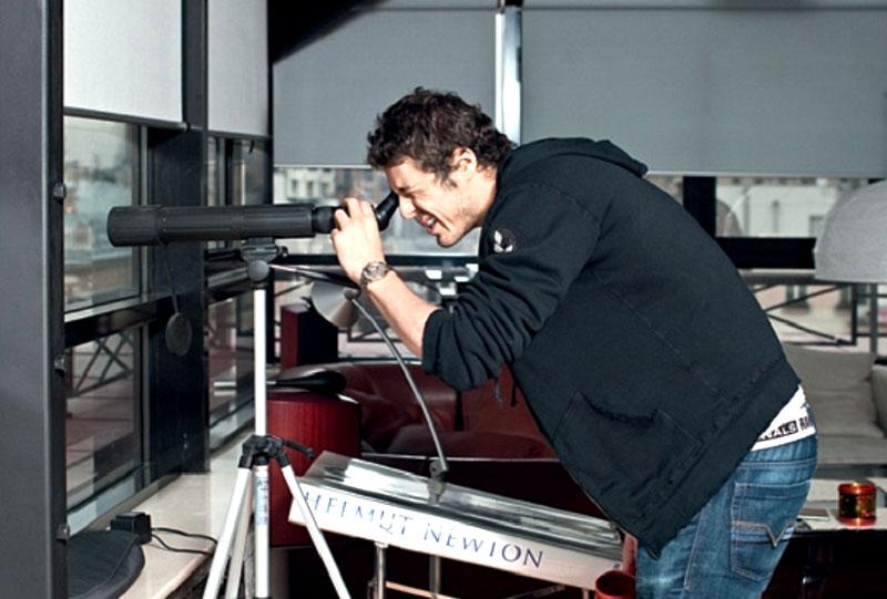 Благодаря профессиональному телескопу Марат может наблюдать не только за звёздами, но и за столичной жизнью