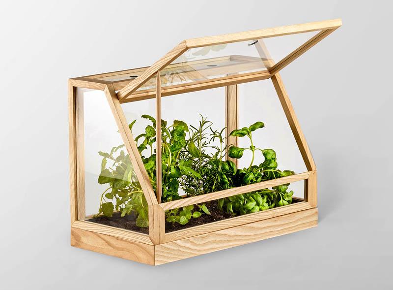 Если вы опасаетесь, что растениям не будет хватать света, сделайте конструкцию высокой, а в качестве покрытия используйте обычное стекло или тонкую полиэтиленовую плёнку. К тому же мини-парник должен стоять в самом освещаемом месте на балконе