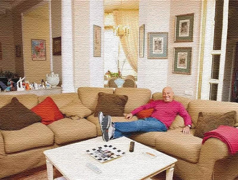 Диван украшен яркими декоративными подушками