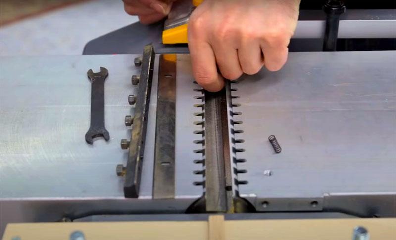 Гораздо хуже, если вы заметили на ноже сколы или трещины. Ножи с трещинами вообще больше нельзя использовать, это опасно, а сколы могут образоваться, например, если вы строгали старые доски и пропустили гвоздь. Такой нож вручную выправить очень сложно, лучше обратиться с профессионалам, которые помогут решить эту проблему на станке