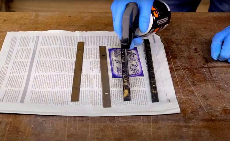 Перед ручной заточкой нужно обезжирить поверхность лезвия любым доступным для вас средством. Удалите с ножа появившуюся ржавчину