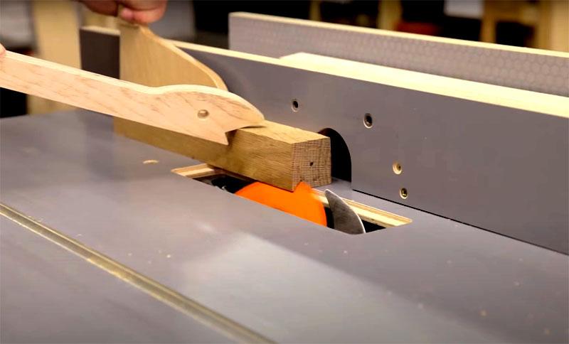 На заготовке-бруске нужно сделать пропил глубиной примерно в 1.2 сантиметра под необходимым углом. В эту прорезь будет помещаться лезвие ножа. Обратите внимание на толщину ваших ножей, они бывают разными