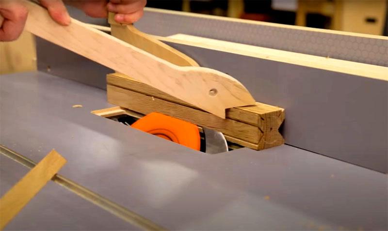 Чтобы сформировать на инструменте ручку, нужно в боковых частях с двух противоположных сторон выбрать древесину, как показано на фото, и отшлифовать эту часть шкуркой, чтобы не занозить ладони во время работы