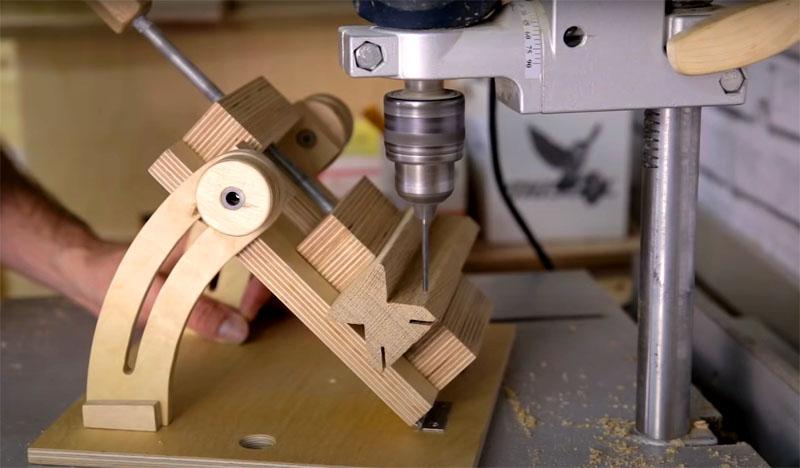 В нижней части плашки с каждой стороны разреза через равные промежутки следует просверлить по 3 отверстия для фиксации болтов