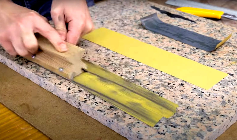 Для заточки используют три вида шкурки: сначала грубую, для предварительного выравнивания. Держите приспособление за ручку и направляйте движения вперед-назад с небольшим нажимом