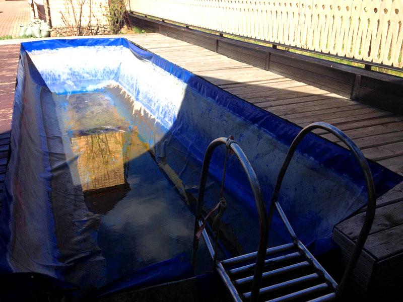 Начинайте постепенно заливать воду. Через несколько дней она настоится и станет пригодна для полива растений