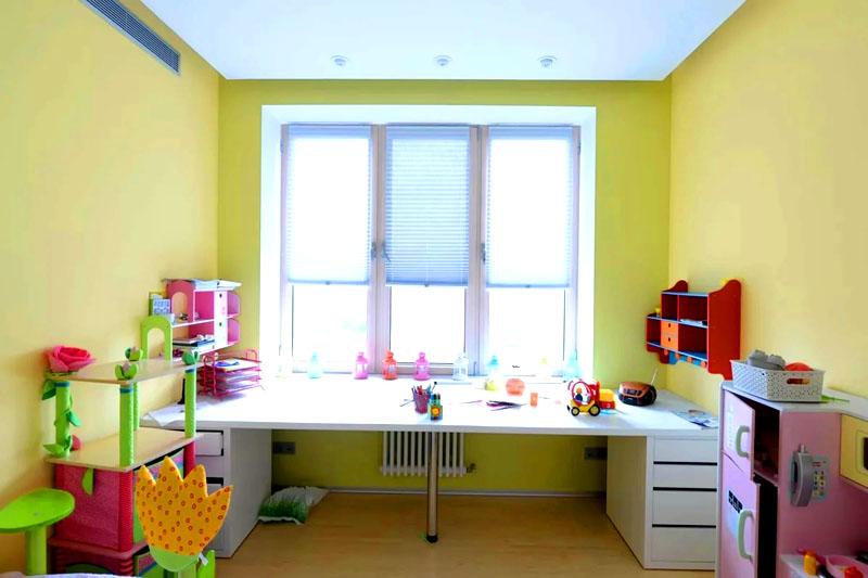 Стол у окна в детской: особенности выбора и установки