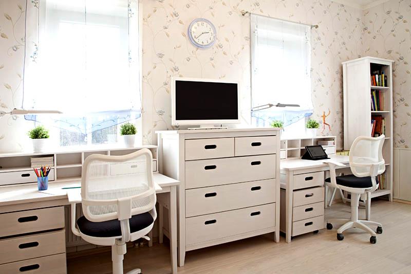 Два стола у окна в детской комнате
