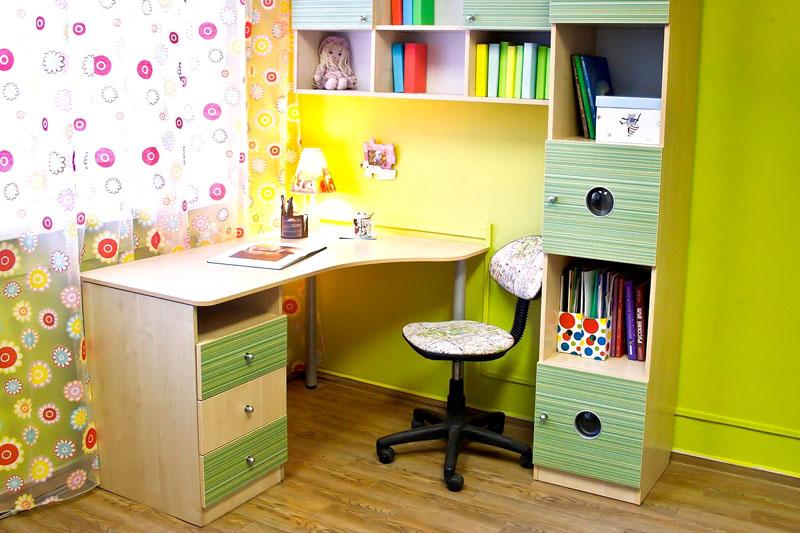 Угловой письменный стол очень удобен. Он может одновременно использоваться и как компьютерный