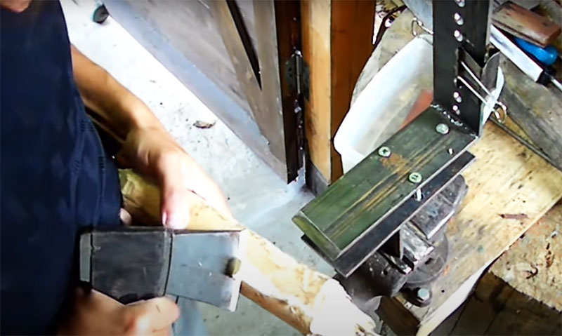 Заточка топора на таком устройстве займёт считаные минуты, а сам станок можно потом легко разобрать, к тому же он практически не занимает места. Даже без навыков вы можете практически без усилий заточить свой ручной инструмент