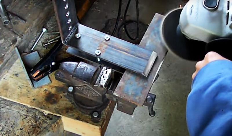 По краю г-образной детали тоже лучше снять фаску, чтобы край металлической полосы не мешал заточке лезвия топора