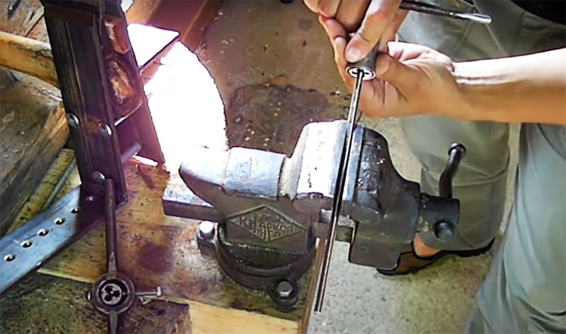 Последняя деталь, которую нужно подготовить – это длинная металлическая шпилька. На ней нужно нарезать резьбу под болт для крепления на электрическом инструменте. Длина шпильки – около 50 см