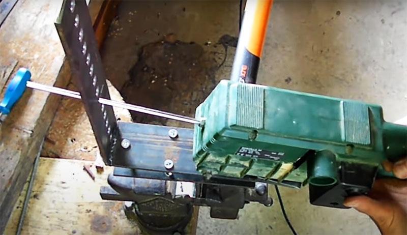Затем – черновая заточка с помощью шлифмашины. Нужно вставить шпильку в отверстие в длинной части станка, включить ленту для устранения зазубрин и наточить края на лезвии инструмента. Сначала отрабатывается край с одной стороны, потом – с другой