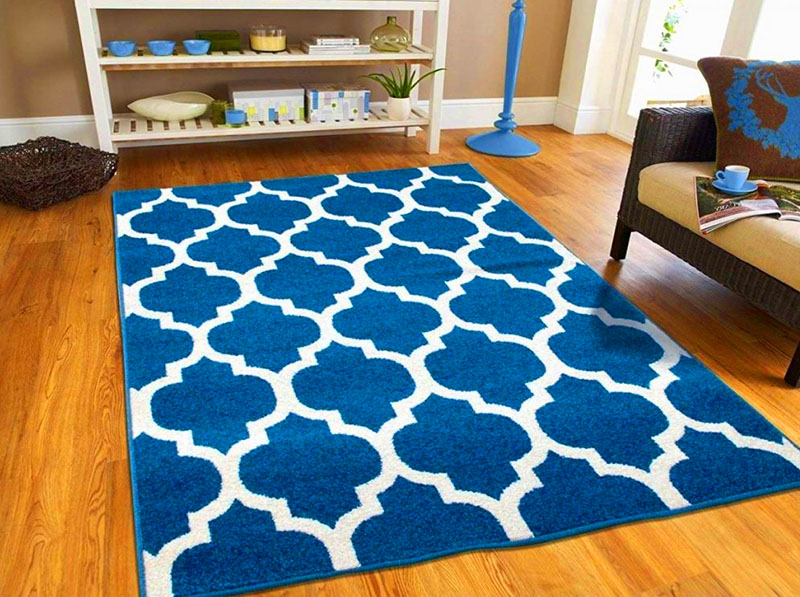Если на ковре есть красивый геометрический рисунок, стелите его на пол даже не задумываясь – он обязательно станет украшением любой комнаты