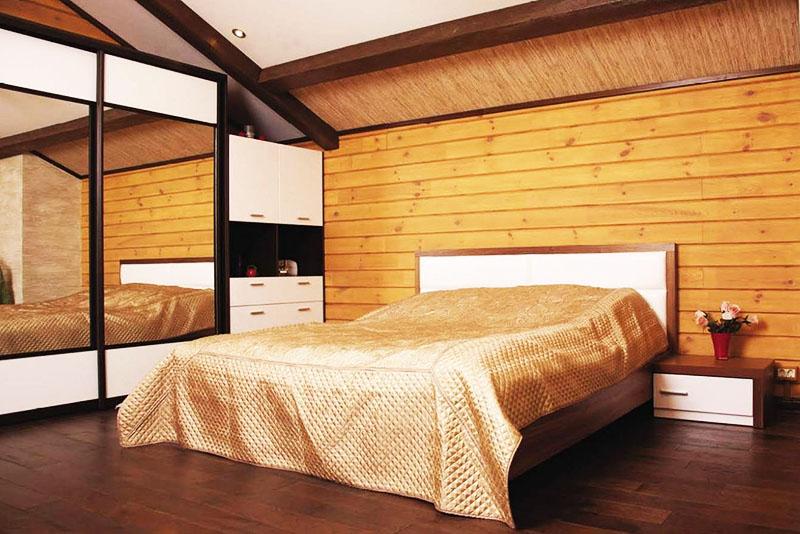 Австралийцы часто используют дерево для отделки стен в спальне – так комната приобретает тёплую уютную атмосферу