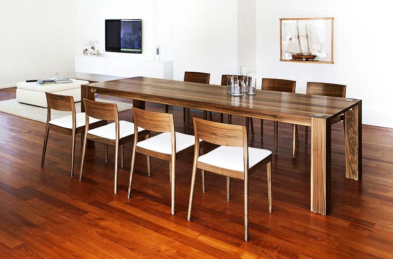 Чем длиннее будет стол, тем лучше: поставьте стулья по обе стороны и у вас никогда не возникнет вопрос, где разместить гостей