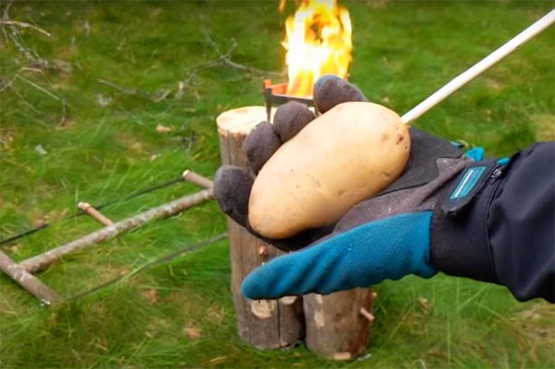 Секрет успеха такого мангала в том, что продукты для жарки нужно помещать не сверху, а между тлеющими брёвнами. Получается, что жар идёт со всех сторон, и можно не только пожарить мясо, но и запечь картошку