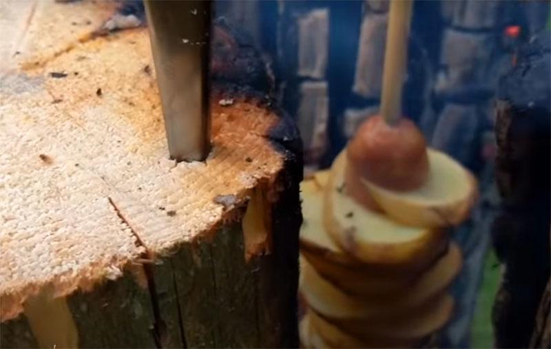 Нужно отметить, что таким нехитрым образом можно пожарить дичь и рыбу, главное, надёжно насадить продукт на шампур, чтобы он случайно не соскользнул прямо в тлеющие угли