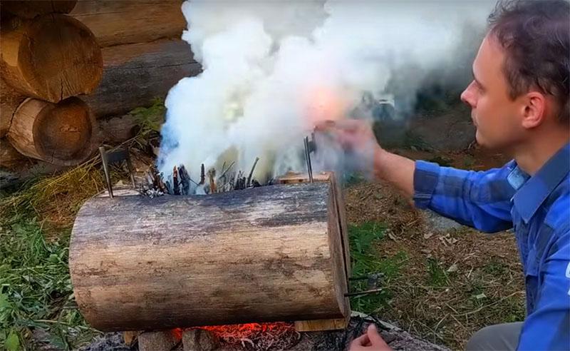 Из большого бревна можно соорудить мангал и на несколько шампуров, только в этом случае брёвна кладут набок и соединяют теми же скобами, а горение происходит через боковую часть