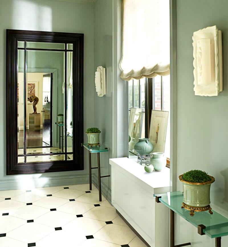 Зеркало должно быть сбоку от окна, чтобы положительная энергия, входящая в дом, не отскакивала назад