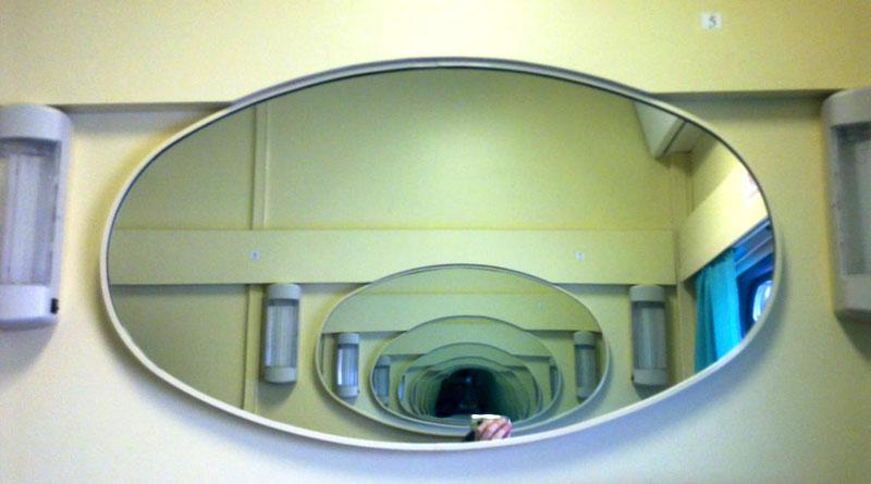 Зеркала, установленные друг напротив друга, могут создать портал для потустороннего мира, из которого могут прийти нежелательные «гости»