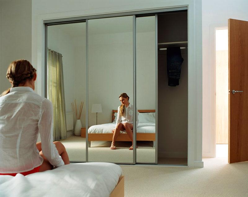 Размещение зеркала напротив кровати — не самый лучший вариант, только если вы не нарцисс и любите одиночество