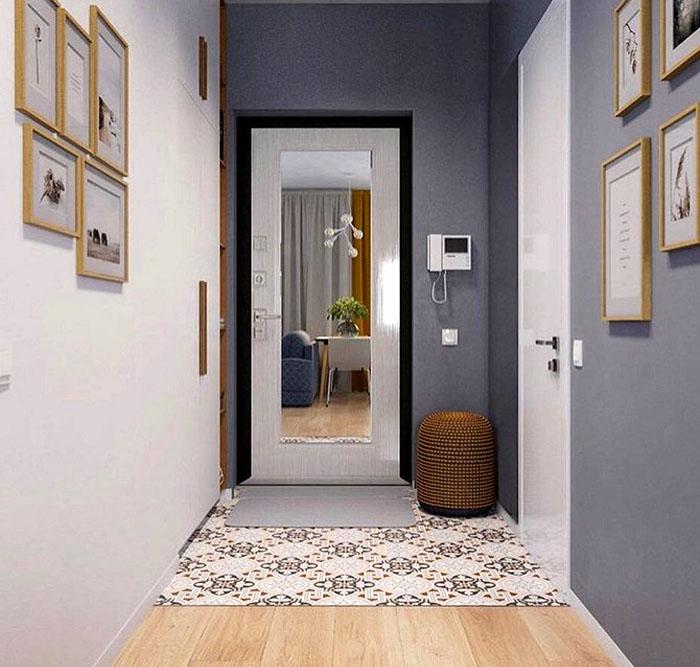 Зеркало на двери – оптимальный вариант для коридора, а вместо дверного глазка можно установить видеофон