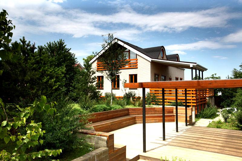 Между домами обустроили комфортную зону отдыха с деревянной террасой для дружеских посиделок в тёплое время года