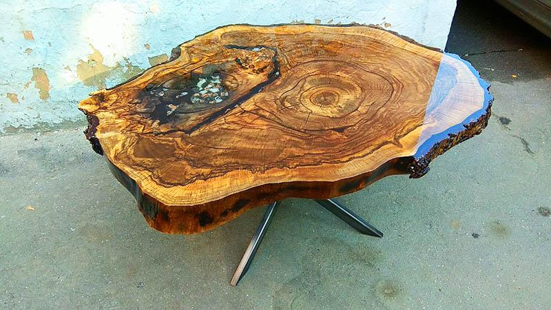 Подберите ножки стола так, чтобы они вписывались в общую стилистику вашего участка – это может быть кусок дерева, установленный вертикально, или металлическое основание от старого стола