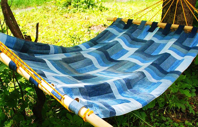 Повесьте гамак в саду или под навесом на даче, выбирайте такое место, где вам будет комфортно