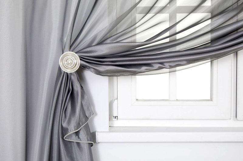 Стильное решение – тонкие светло-серые занавески из тюля или другого тонкого материала