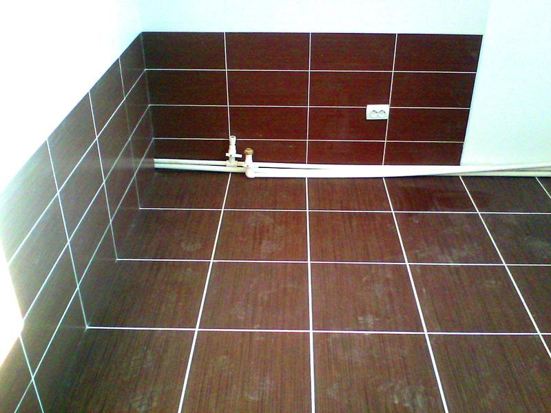 Даже если вы хотите выложить самую простую чёрную или коричневую плитку, не заполняйте стену целиком, так ванная будет выглядеть более стильно и современно