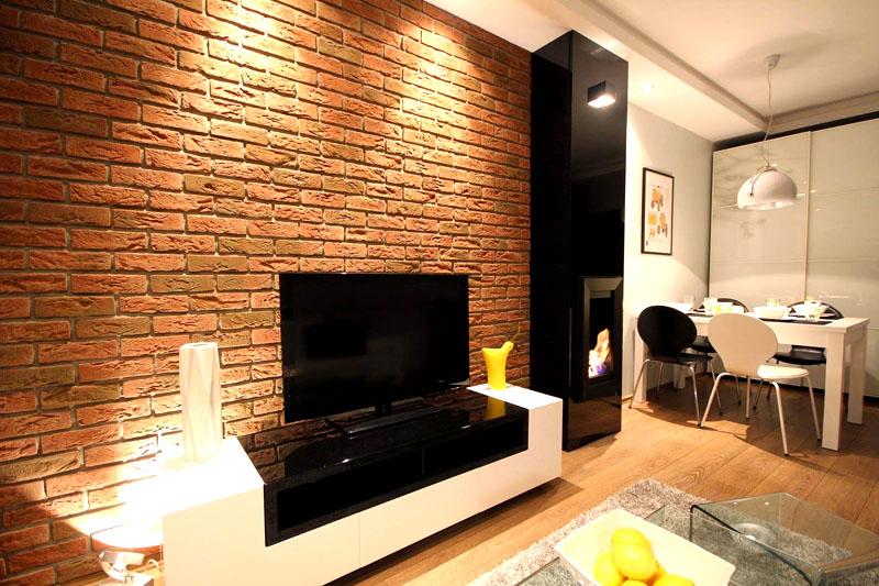 Если вы предпочитаете интерьер в стиле лофт, то кирпичная стена ещё какое-то время будет актуальна, но интерьеры в стилях сканди и эко лучше оформить по современным правилам, используя деревянные панели или обычную белую краску