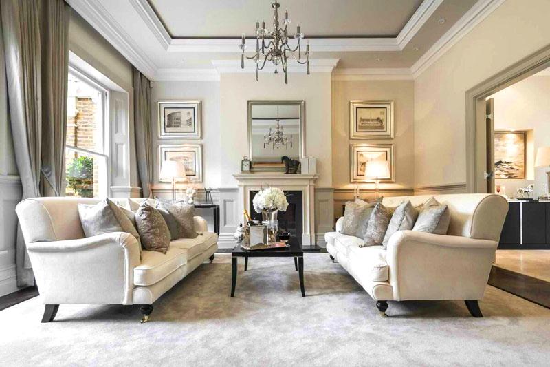Классический стиль сегодня считается одним из самых популярных, но обставлять квартиру нужно с осторожностью, придерживаясь принципов минимализма. Лучше всего выбрать один основной цвет, а также подобрать все детали только в золотом или только в серебряном оформлении